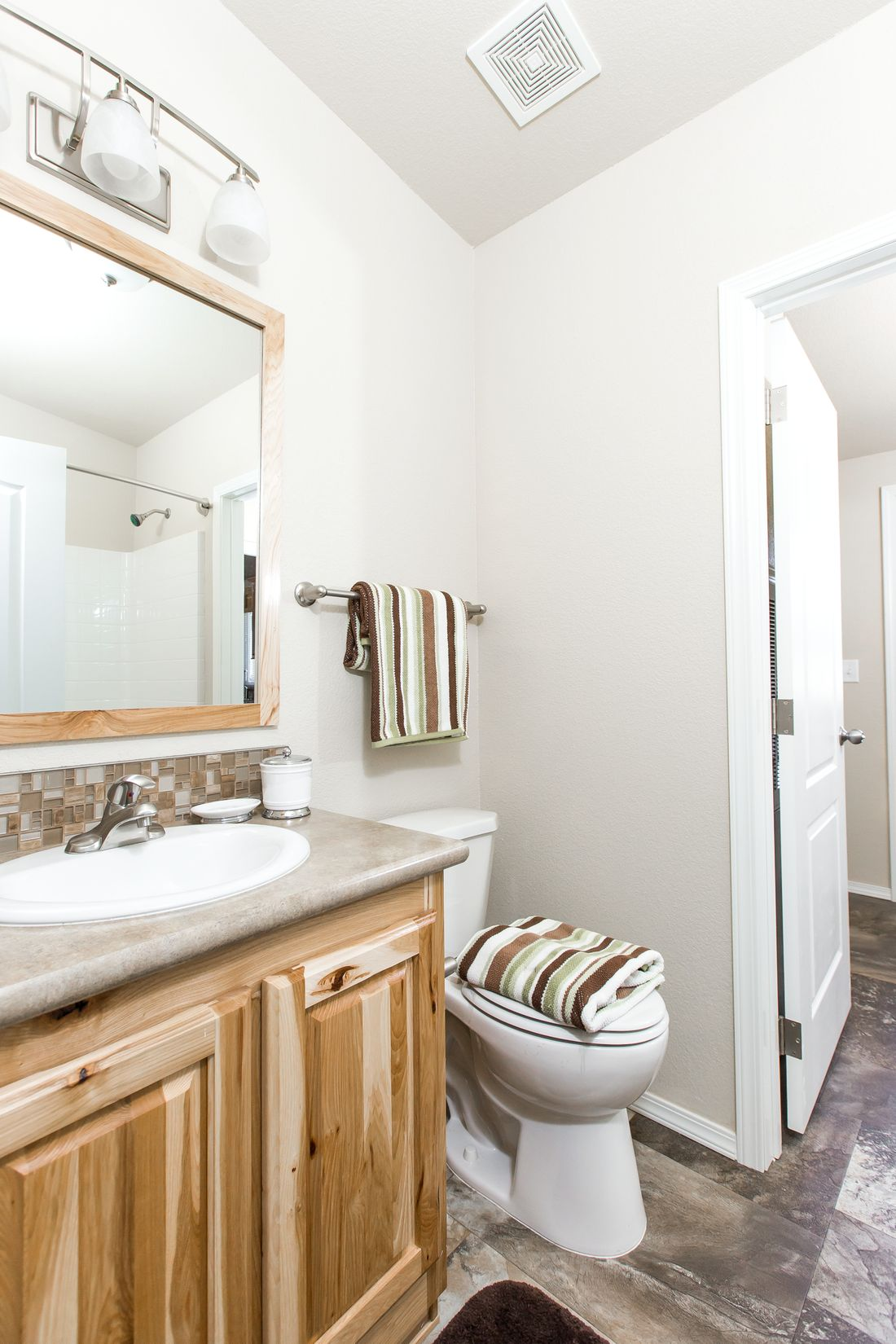 The 9590S BLACKMORE Guest Bathroom. This Manufactured Mobile Home features 3 bedrooms and 2 baths.